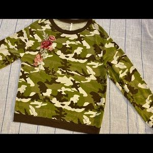 5/$25💥 Poof Small Camo with Roses Sweatshirt